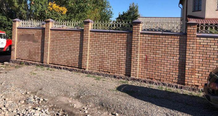 Снесли забор дома № 58 по улице Кара-Кульской в Бишкеке. 18 сентября 2019 года