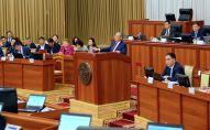 Омбудсмен КР Токон Мамытов во время доклада О соблюдении прав и свобод человека и гражданина в КР в 2018 году на заседании Жогорку Кенеша, 18 сентября 2019 года