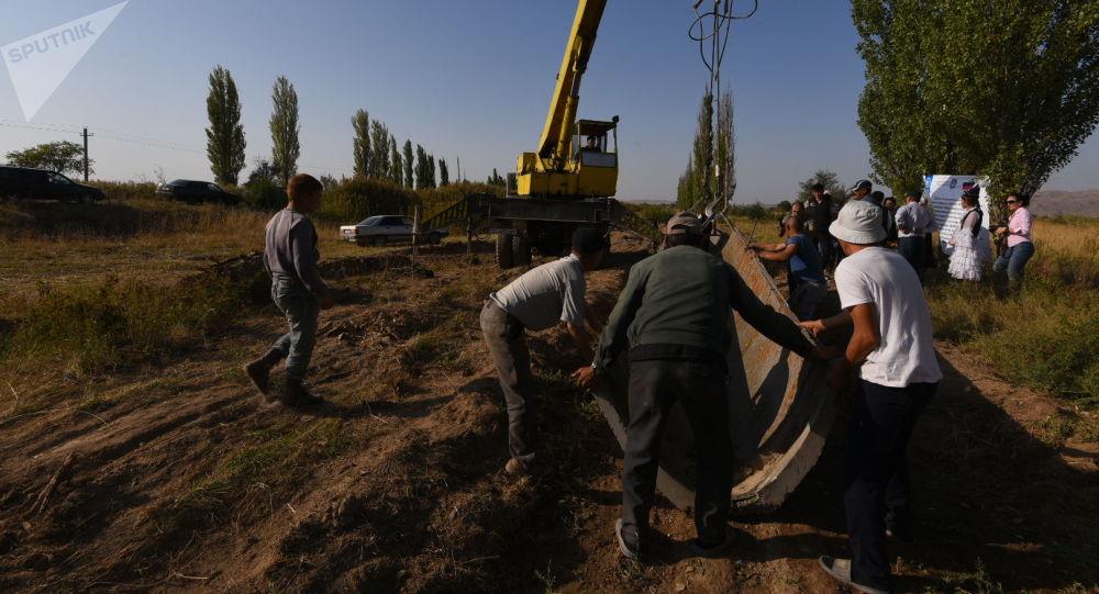 Талас облусунун Кара-Буура районунун Ак-Чий айыл аймагында узундугу 600 метрлик сугат канал курулууда.