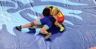 Кыргызстанская спортсменка Айсулуу Тыныбекова во время схватки с Йонг Сим Рим из КНДР на полуфинале чемпионата мира по борьбе в Нур-Султане