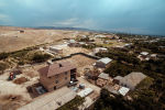 Вид на жилые дома в приграничном с Таджикистаном селе Максат Лейлекского района Баткенской области с высоты птичьего полета. Архивное фото