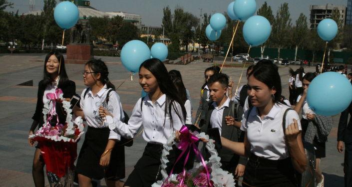 Участники акции Голубь мира в Бишкеке