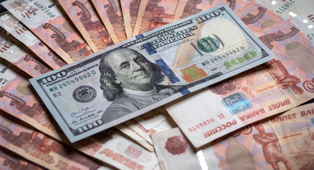 Денежные купюры: российский рубли и доллары. Архивное фото