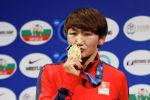 Чемпионка мира по женской борьбе Айсулуу Тыныбекова во время церемонии награждения на чемпионате мира по спортивной борьбе в Нур-Султане