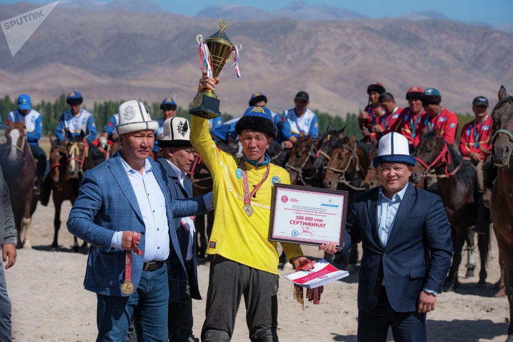 Чүй облусунун командасы Улуттук көчмөндөр оюндарынын чемпиону аталды. Аларга медаль, кубок жана 300 миң сом ыйгарылды.