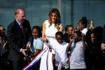 Первая леди Мелания Трамп участвует в перерезании ленты, чтобы отпраздновать повторное открытие монумента в Вашингтоне