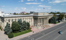 Вид на здание правительства на старой площади Бишкека с высоты. Архивное фото