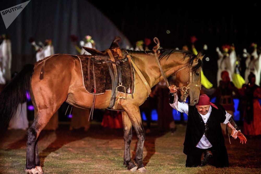 Келген коноктор Манастын Алтайдан Ала-Тоого көчкөн учурун көрө алышты