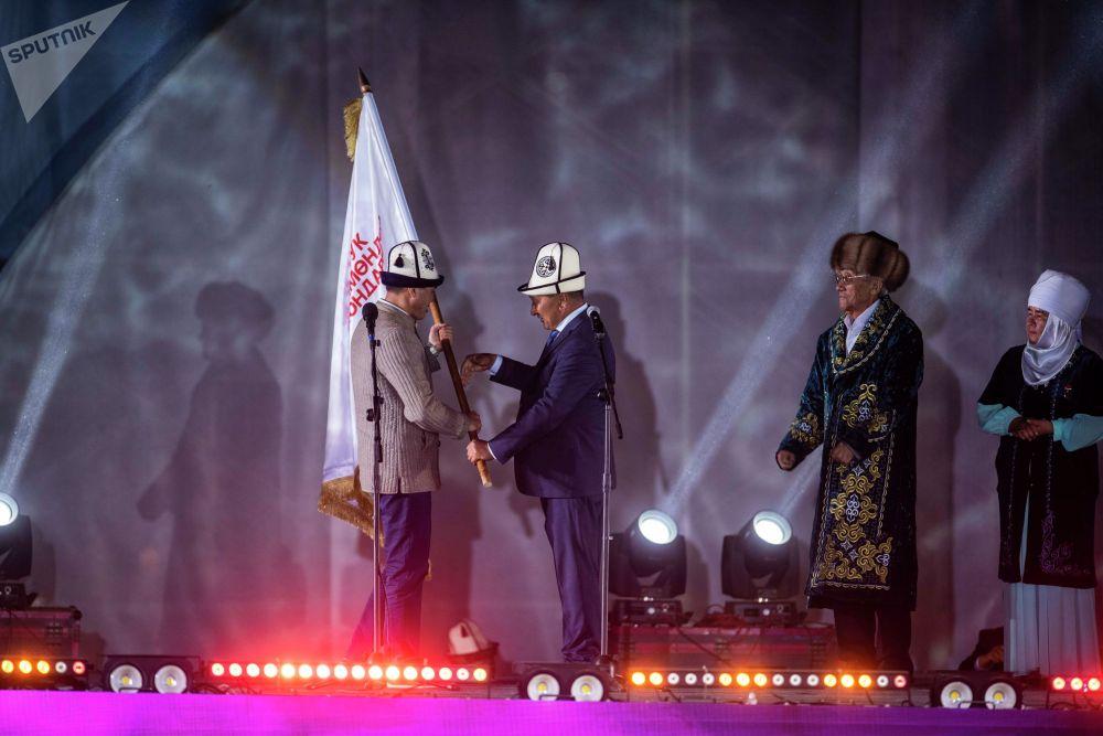 Өкмөттүн Талас облусундагы өкүлү Марат Мураталиев экинчи Улуттук Көчмөндөр оюндарынын эстафетасын Ош облусунун башчысы Узарбек Жылкыбаевге тапшырды