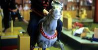 Мальчик играет на игрушечной лошади. Архивное фото