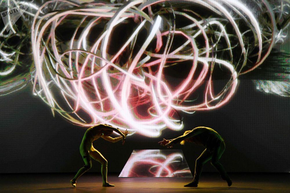 Уйкудагы сулуунун түштөрү шоусундагы балет бийчилери (Москва шаары)