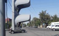 Новый светофор установленный на одной из улиц Бишкека