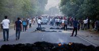 Местные жители во время столкновений с милицией в селе Кой-Таш.Архивное фото