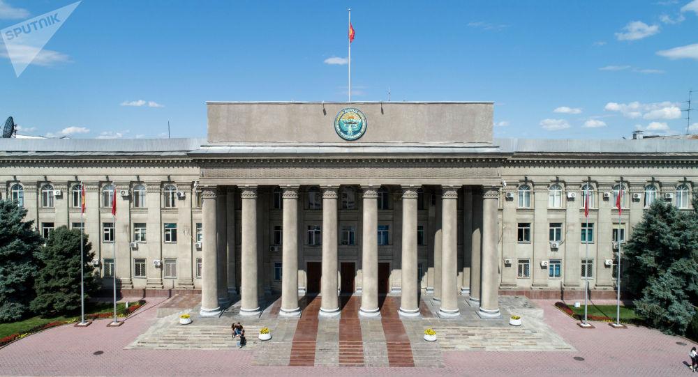 Бишкектеги өкмөттүн имараты. Архив