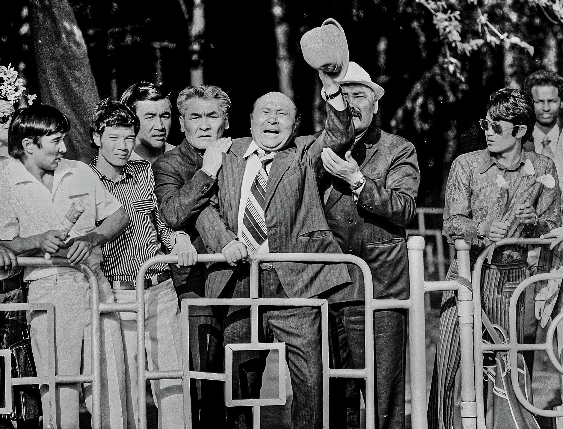 Белгилүү актер Медель Маниязов, Советбек Жумадылов жана Орозбек Кутманалиевдин сүрөтү 1976-жылы Фрунзе (азыркы Бишкек) шаарында тартылып алынган
