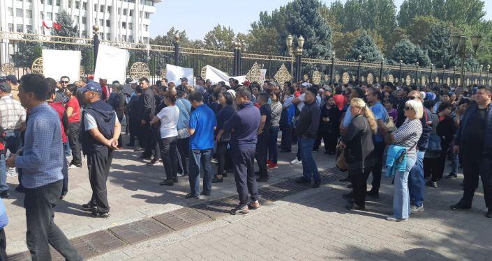 В Бишкеке возле Жогорку Кенеша проходит митинг с участием более 150 человек