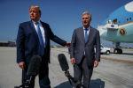 Президент Дональд Трамп и новый советник по национальной безопасности Роберт С. О'Брайен беседуют с журналистами перед посадкой в Air Force One в международном аэропорту Лос-Анджелеса. 18 сентября 2019 года, в Лос-Анджелесе