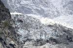 Вертолет пролетает над отрезком ледника Планпинье на итальянской стороне массива Монплан в Планпинье, Аоста. Италия, 25 сентября 2019 года