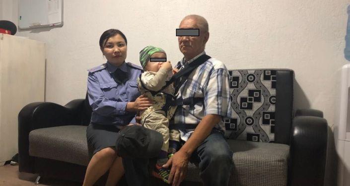Сотрудники УВД Октябрьского района Бишкека нашли мужчину с годовалым ребенком, который просил милостыню на пересечении улиц Токомбаева и Байтик Баатыра