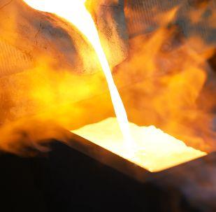 Получение золотого слитка в химико-металлургическом цехе. Архивное фото