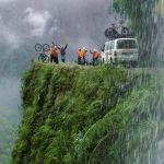 Велосипедисты на дороге смерти (Юнгас) в Боливии