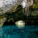 Пещера Сак-Актун в Мексике — самая длинная подводная пещера в мире. Ее длина достигает 350 километров, средняя глубина — 21 метр, а самая глубокая точка  — 120 метров.