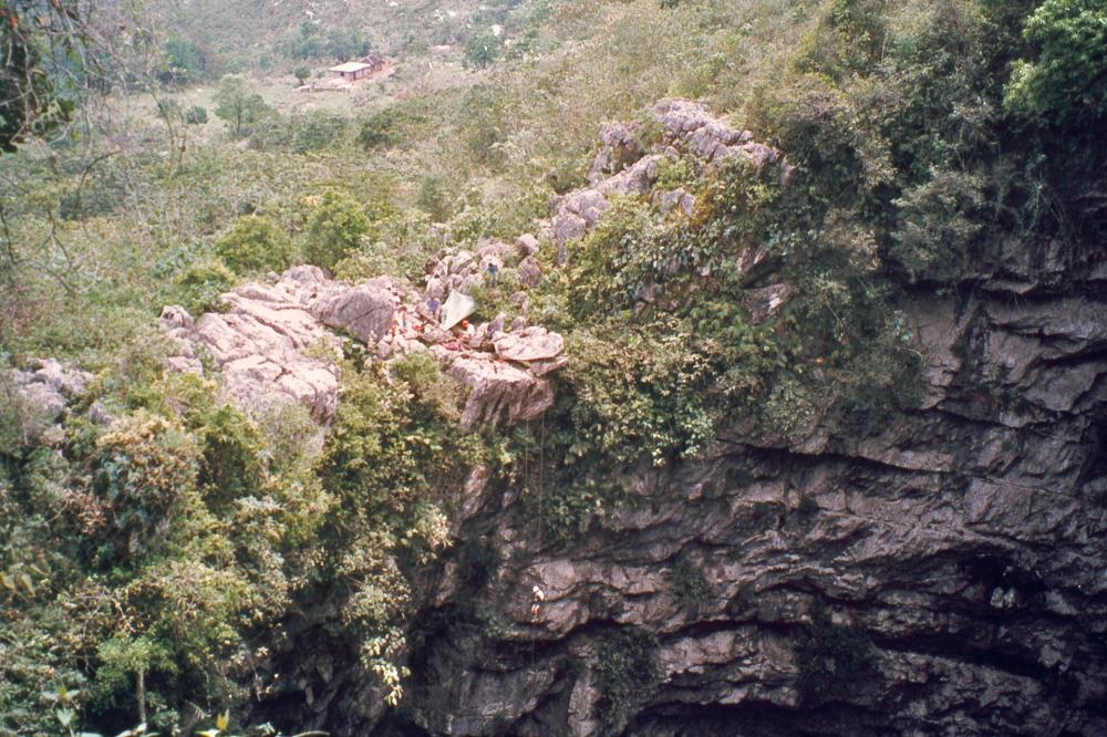 Карстовая пещера Ласточек в штате Сан-Луис-Потоси (Мексика). Глубина провала пещеры достигает 376 метров.