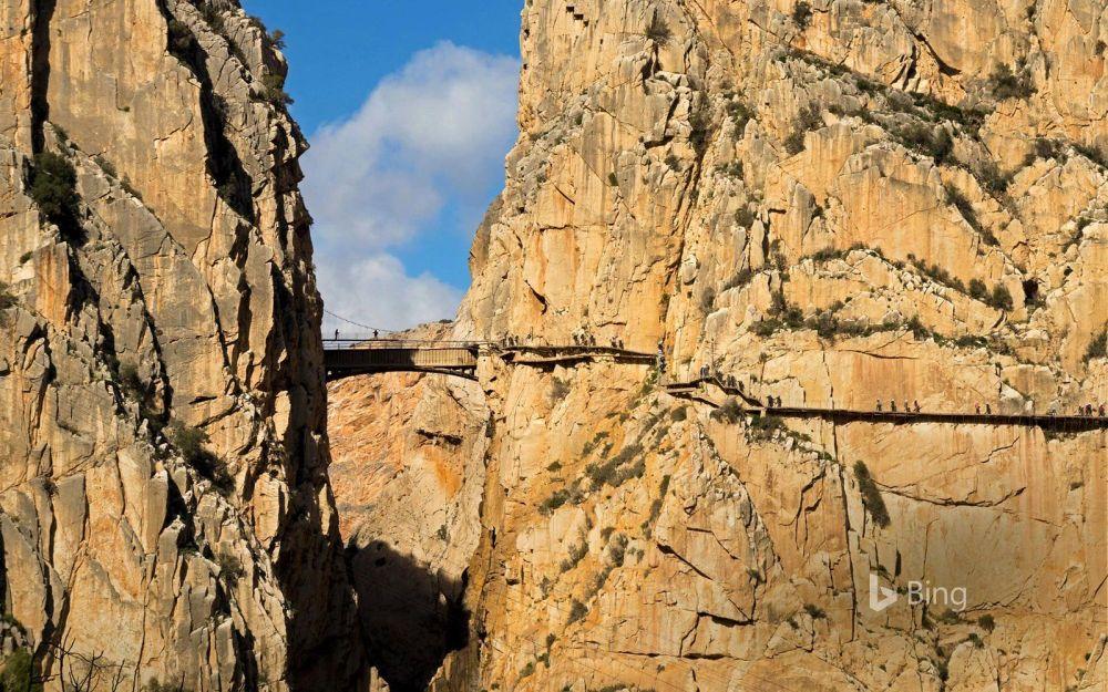 Туристы на Королевской тропе в провинции Малага (Испания). Опасную дорожку протоптали рабочие при строительстве двух гидроэлектростанций в 1905 году.