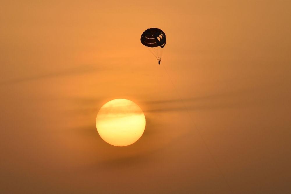 Парасейлинг в Дубае. Этот вид экстремального полета на парашюте очень популярен в мире.
