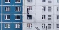 Житель многоквартирного дома рассказал, что услышал крики о помощи и решил рискнуть, попытавшись спасти соседку.