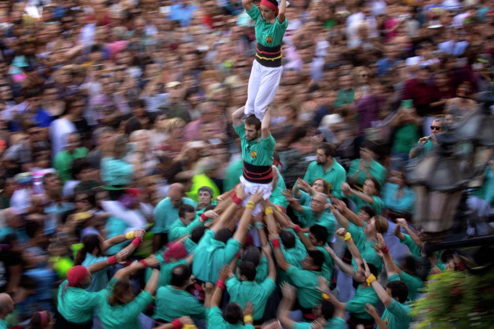 Барселона шаарындагы Ла-Мерсе фестивалында кишилер бири-биринин үстүнө чыгып мунара тургузушту