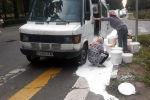 В Бишкеке из микроавтобуса на дорогу вылилось много краски, водителя оштрафовали на 20 тысяч сомов