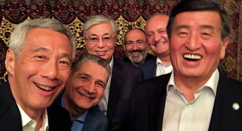 Кыргызстандын президенти Сооронбай Жээнбеков ЕАЭБ өлкөлөрүнүн президенттери жана Сингапурдун премьер-министри менен селфи форматында сүрөткө түштү