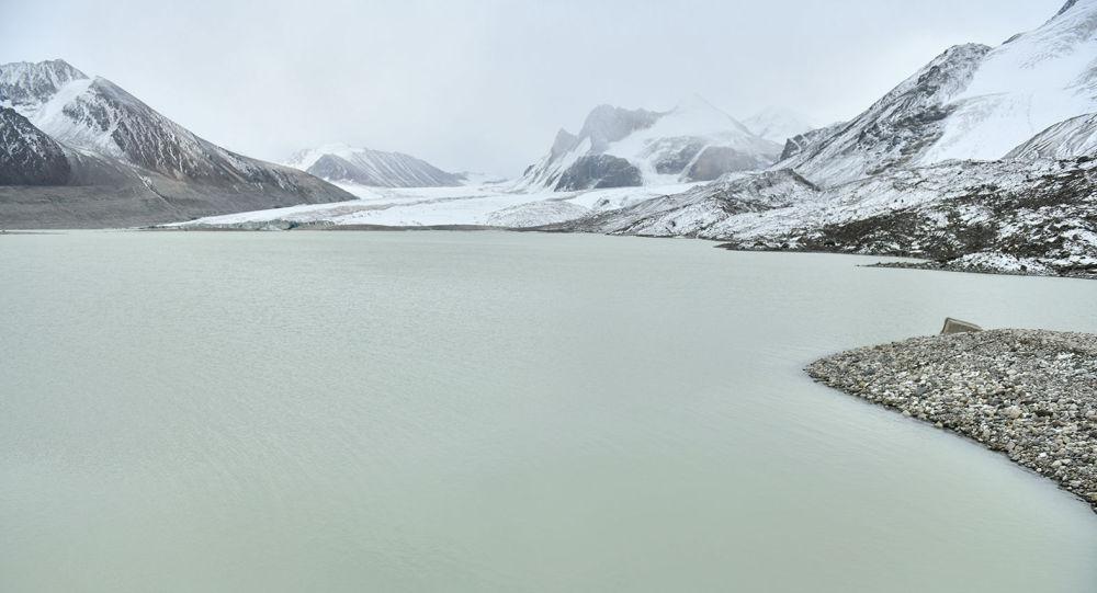 Озеро около рудника Кумтор. Архивное фото