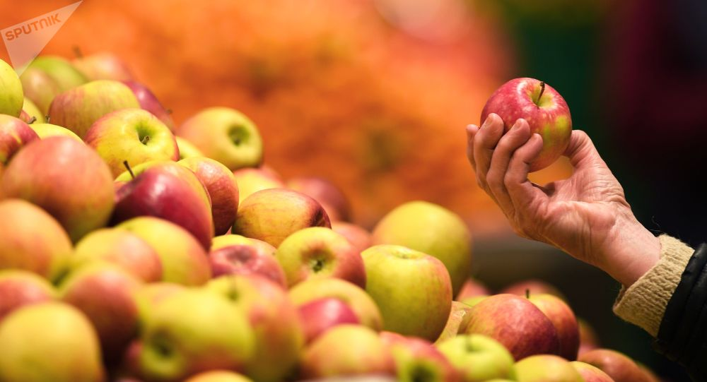Яблоки на прилавке магазина. Архивное фото