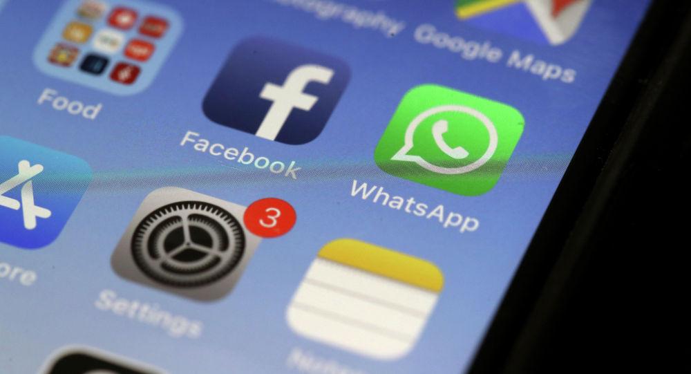 Иконка мессенджера WhatsApp и социальной сети Facebook на экране смартфона