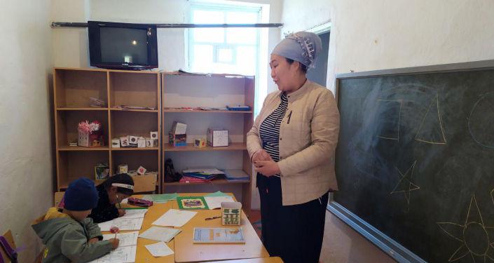 В селе Каркыра Иссык-Кульской области филиал школы размещен в здании бани советского времени.