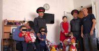Милиционеры Октябрьского района Бишкека помогли мужчине, просившему милостыню на дороге в столице