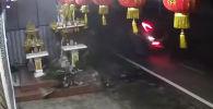 В Таиланде женщина-дворник чудом избежала тяжелых травм, а возможно, и смерти — машина на большой скорости пронеслась рядом с ней и врезалась в стену храма, а потом перевернулась.