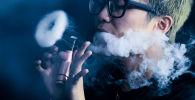 Мужчина курит вейп. Архивное фото