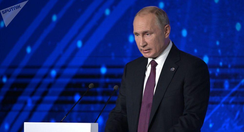 Президент РФ Владимир Путин выступает на пленарной сессии XVI заседания Международного дискуссионного клуба Валдай на тему Мировое устройство: взгляд с Востока.
