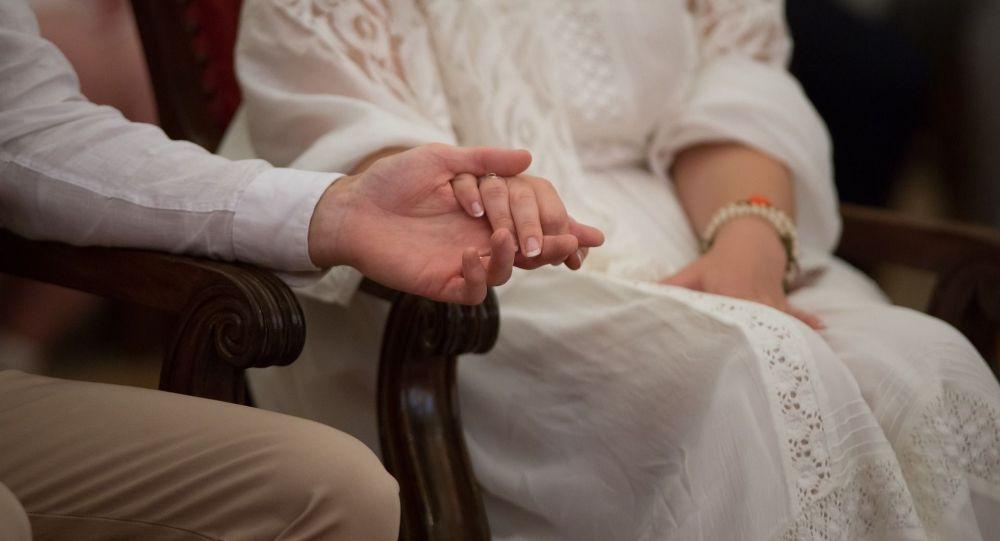 Пара держится за руку. Иллюстративное фото