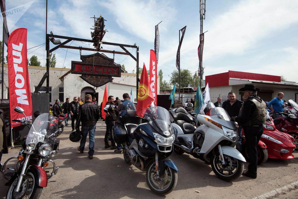 По улицам Бишкека сегодня проехали три сотни байкеров