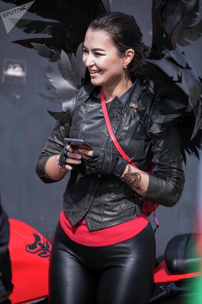 Среди участниц мотопробега выделялась одна — с черными крыльями ангела