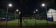 Подростки играют в футбол. Архивное фото