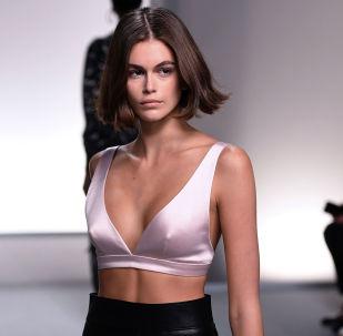 Американская модель Кайя Гербер на показе коллекции Givenchy весна-лето 2020 в Париже
