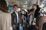 Ученики театральной студии прочли стихи в бишкекских троллейбусах. Таким образом они решили отметить 10-летие студии.