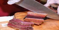 Продавец нарезает мясо. Архивное фото