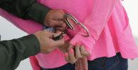 Кыздвн колуна кишен таккан киши. Архивдик сүрөт