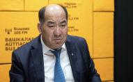 Министр образования и науки КР Каныбек Исаков во время беседы на радиостудии Sputnik Кыргызстан